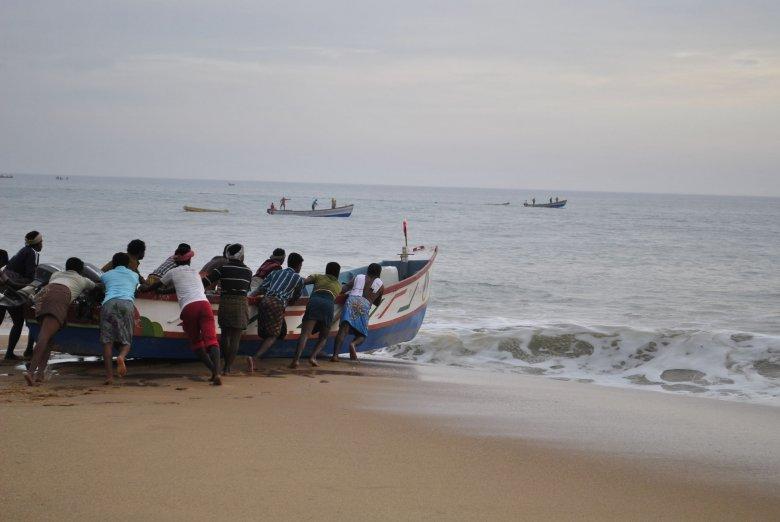 Rybacy z wioski rybackiej na wybrzeżu Morza Arabskiego, Indie