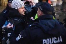 """Obywatele RP zamieścili na Facebooku filmik z policyjną akcją przeprowadzoną w reakcji na odpalenie rac świetlnych. Gdy race płonęły na trasie """"Marszu Niepodległości"""", takiej reakcji funkcjonariuszy nie było."""