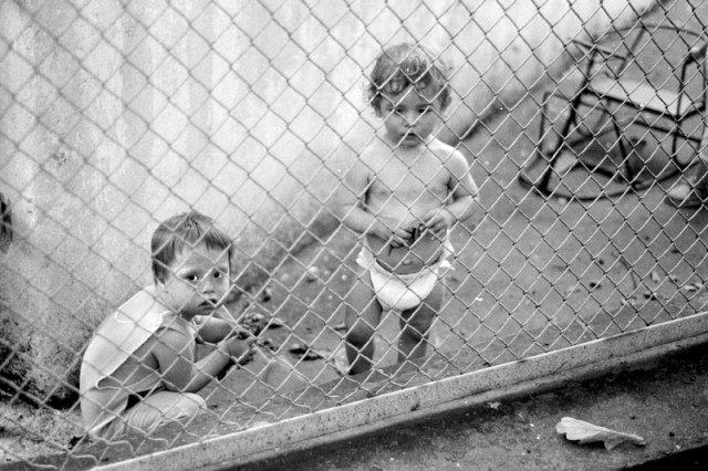 Przełom lat 80-tych i 90-tych przyniósł zapełnienie sierocińców. Na zdjęciu warszawski Dom Małego Dziecka w 1989 roku.
