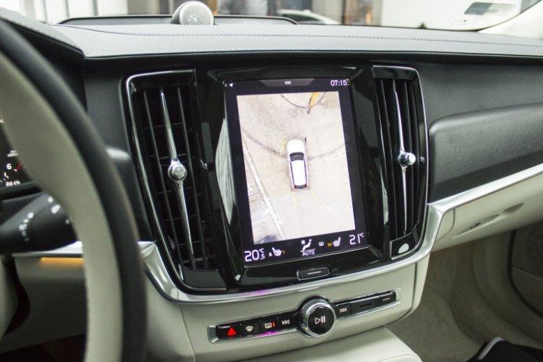 System kamer dookoła auta działa bez zarzutu. Człowiek traci ochotę na rozglądanie się przez okna przy manewrowaniu