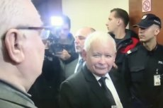 Jarosław Kaczyński był wyraźnie rozbawiony, gdy patrzył na Lecha Wałęsę w gdańskim sądzie.