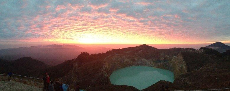 Wschód słońca nad Kelimutu. Flores, Indonezja.
