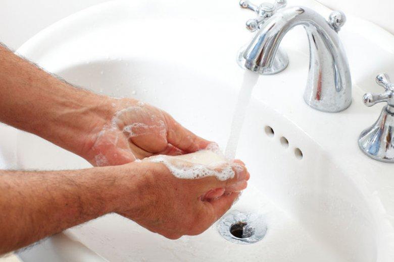 Mycie rąk to tani i prosty sposób zabezpieczenia się przed chorobotwórczymi drobnoustrojami.