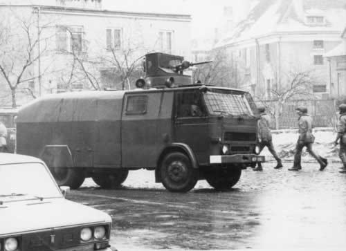 Bojowy wóz MO z armatką wodną przygotowany do akcji na terenie WOSP.