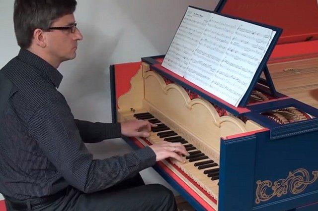 Sławomir Zubrzycki i jego viola organista, instrument zaprojektowany przez Leonarda da Vinci