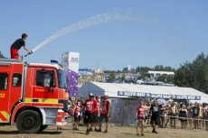 Niemieccy strażacy z Berlina polewają uczestników festiwalu Pol'and'Rock.