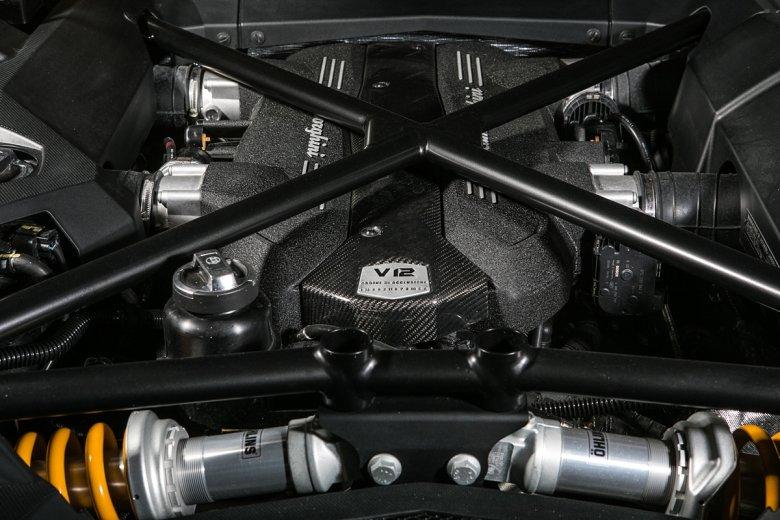 W bardzo niepoważnym nadwoziu upakowano bardzo poważną technologię. Aventador prowadzi się ciężko, ale taka jest cena bezwzględnej stabilności i 350 km/h prędkości maksymalnej