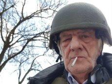 Ryszard Terlecki pochwalił się zaskakującym zdjęciem. W hełmie na głowie i z papierosem w ustach. Teraz ocenia memy.