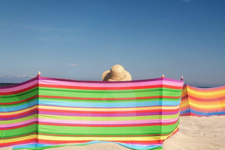 Wczasowicze leżący na ręcznikach za parawanami rzadko siebie widzą, co utrudnia im nawiązywanie nowych znajomości, co stanowi przecież urok wakacyjnych podróży