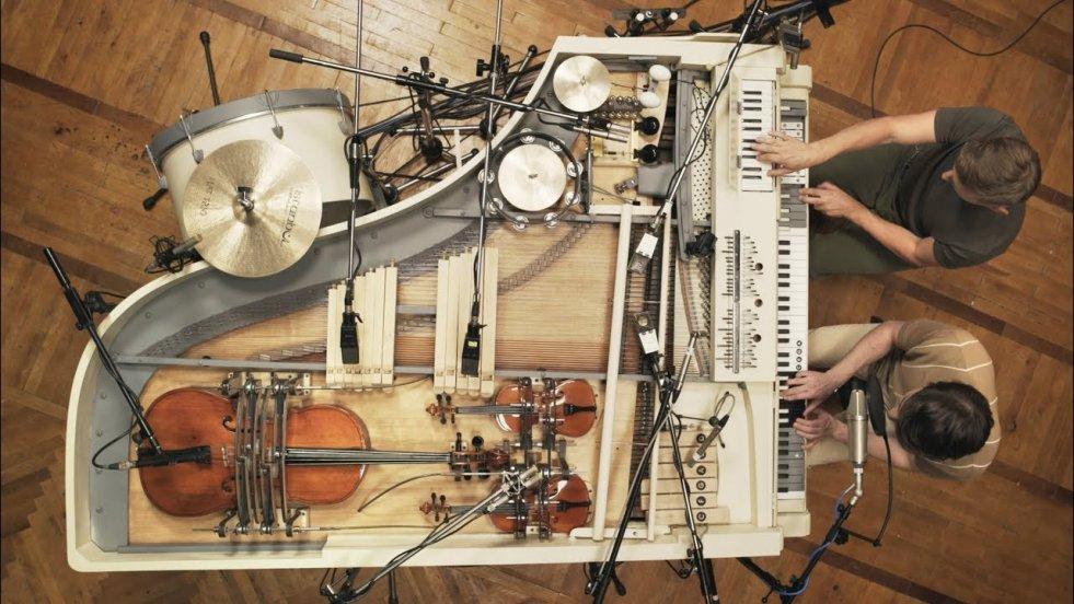 Zespół zgromadził 20 instrumentów w jednym fortepianie. I to działa!