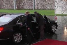 Theresa May przez kilkanaście sekund nie mogła wydostać się z auta.