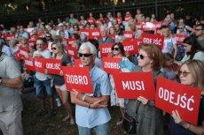 Pod koniec sierpnia przed KPRM w Warszawie odbył się protest ''Ziobro Musi Odejść''.