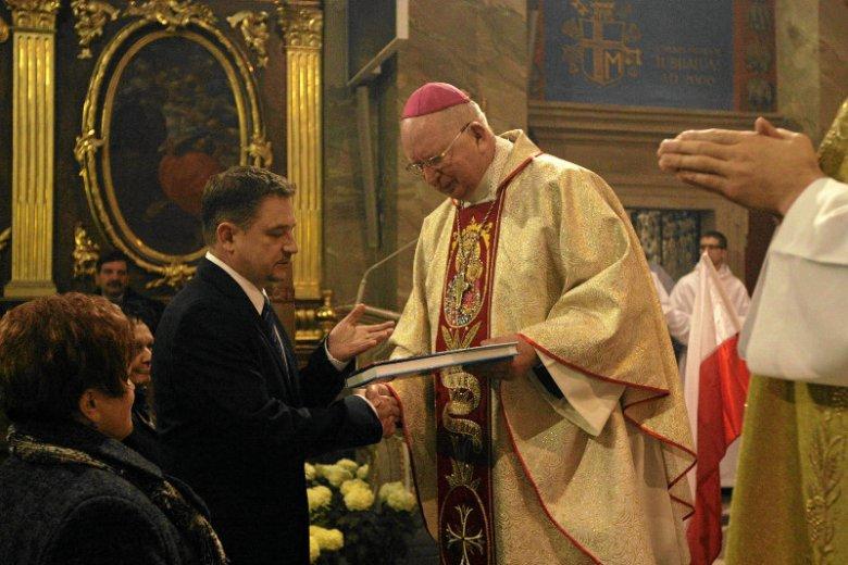 """Piotr Duda, przewodniczący NSZZ """"Solidarność"""", wraz z Kazimierzem Ryczanem, biskupem Kościoła rzymskokatolickiego."""