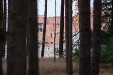 Żeby dostrzec budowę zamku w Stobnicy, trzeba znaleźć dogodne miejsce wzdłuż ogrodzenia. I uzbroić się w długi obiektyw.