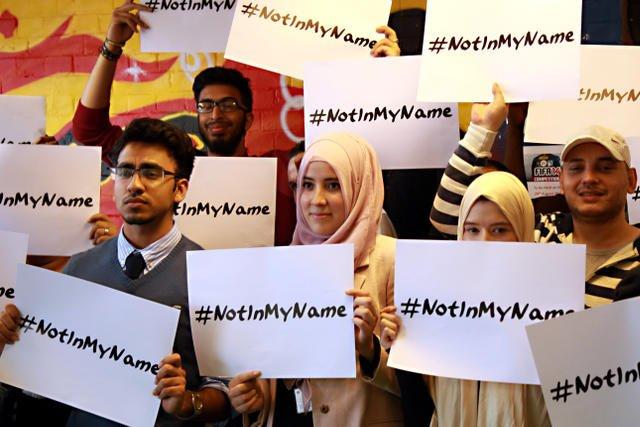 Tak solidarność  z ofiarami zamachów z Paryża okazywali muzułmanie.