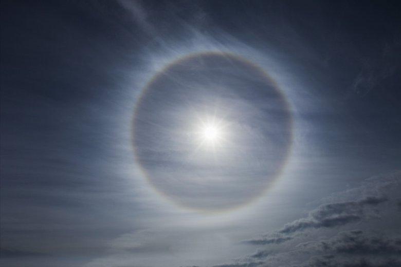 Efekt halo na chmurze Cirrostratus