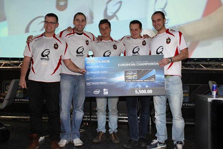 """Wiktor """"TaZ"""" Wojtas (drugi od lewej) wraz z drużyną AGAiN"""