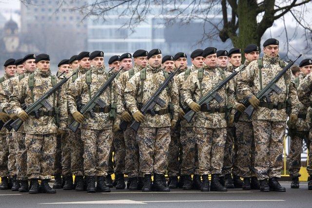 Łotwa alarmuje, że w kraju może trwać już wojna hybrydowa. Na zdjęciu parada łotewskich żołnierzy