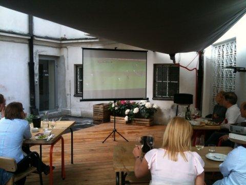 Oglądanie meczu w winiarni - nowa świecka tradycja.