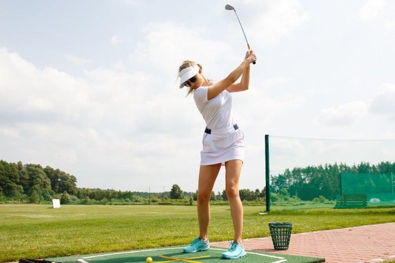 Karolina Pisarek na lekcji golfa podczas Mitsubishi Motors Golf Championship
