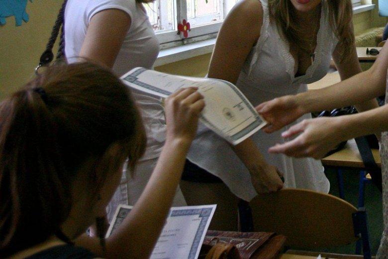 Zamiast myśleć o wakacjach czy studiach uczniowie gdańskich szkół muszą sprawdzić swoje świadectwa. Zdaniem władz Gdańska jest bałagan, bo oświata przechodzi koleje zmiany, tym razem reformę minister Zalewskiej.