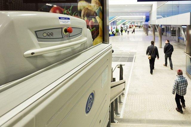 Dworzec Kraków Główny. Rampa zamontowana przy schodach to duże ułatwienie dla niepełnosprawnych ruchowo.