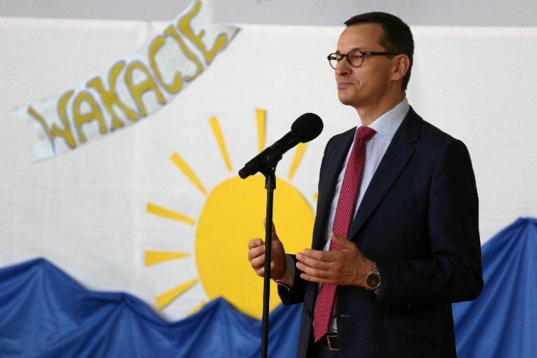 Nauczyciele Roku piszą list otwarty do premiera ws. oświaty. Na zdjęciu Mateusz Morawiecki na zakończeniu roku szkolnego 2017/18 w szkole w Ząbkach.