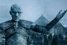 W finale szóstego sezonu zapowiedziano, że nadeszła zima. Producenci czekają na nią na planie siódmej serii.