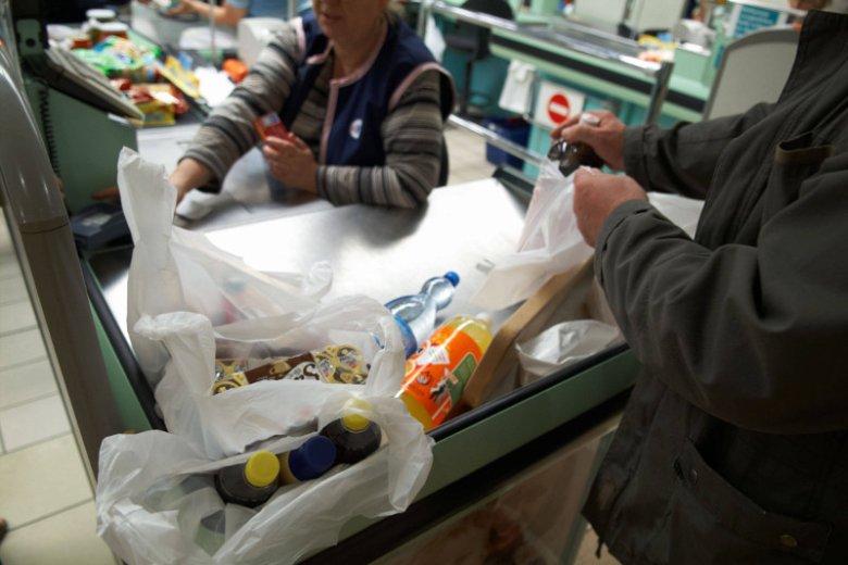 Od początku nowego roku, za tak zapakowane zakupy zapłacimy więcej. A wszystko przez obowiązkową opłatę za plastikowe torby.
