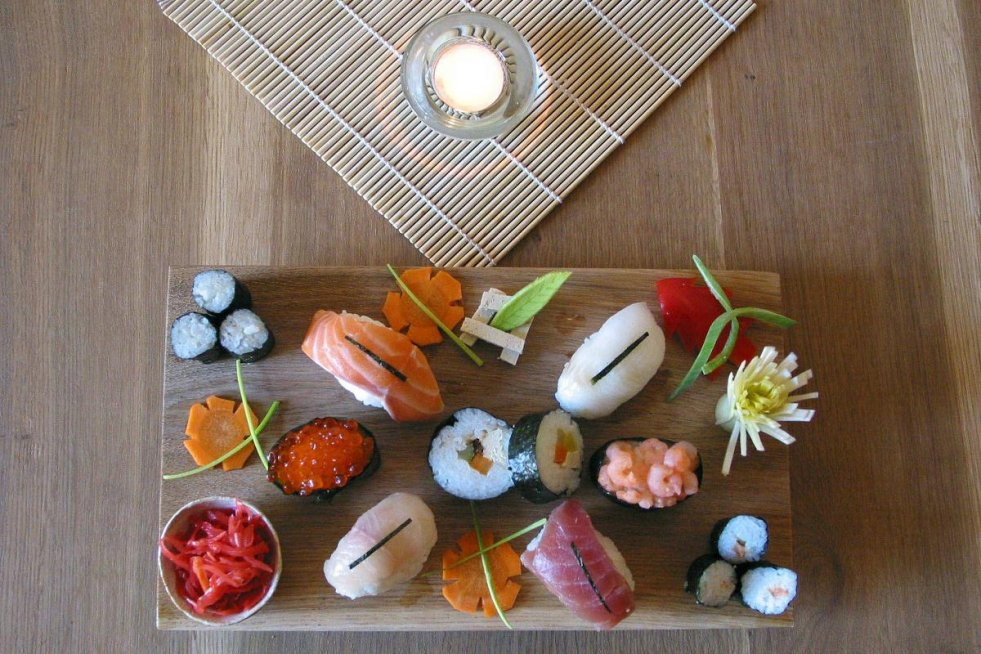 Luty 2002, Kraków. Danie kuchni japońskiej w sushi barze hotelu Wentzl