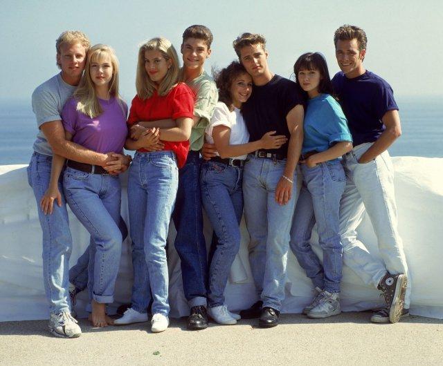 Bądź jak dziewczyny z Beverly Hills 90210. Brenda, Kelly czy Donna to prawdziwe prekursorki stylu mom jeans.