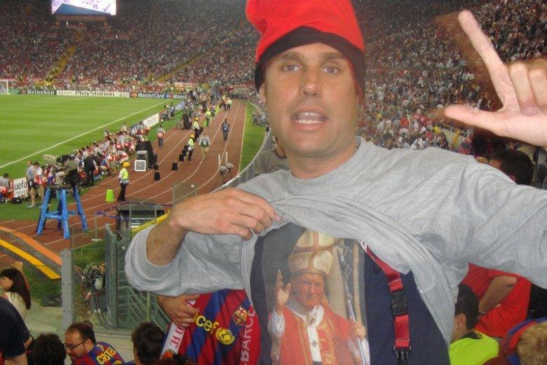 Jimmy Jump w koszulce z Janem Pawłem II.