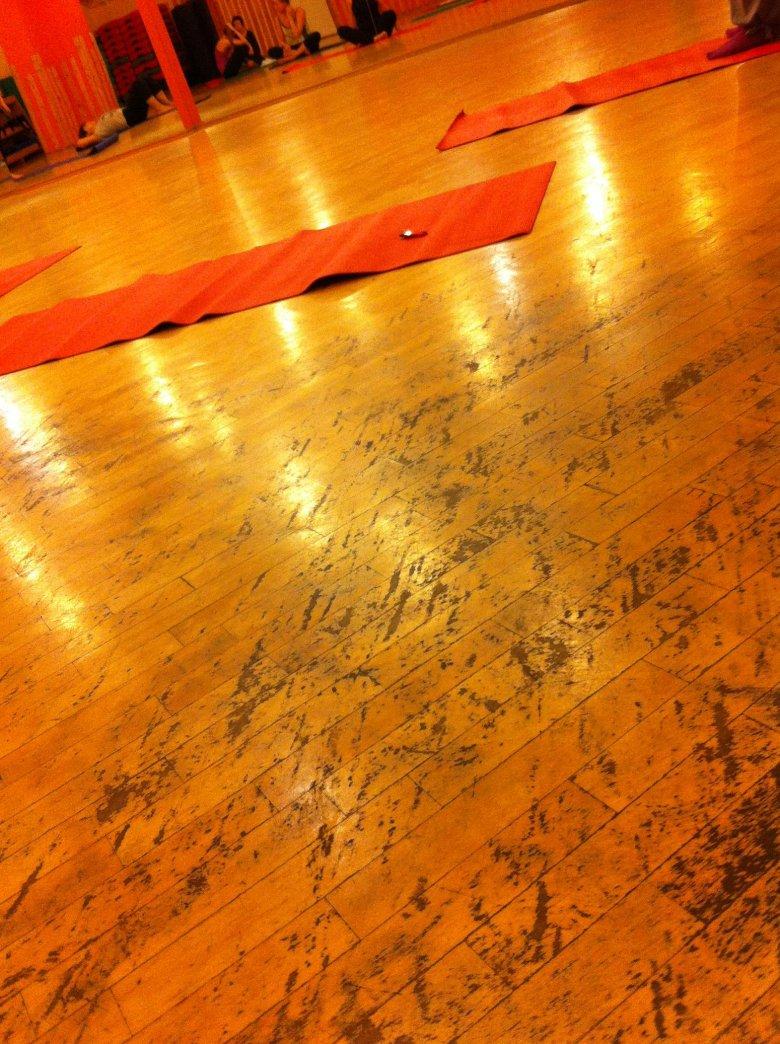 Zniszczona podłoga w jednym z warszawskich klubów