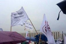 Kilkadziesiąt tysięcy Polaków - rodziców i nauczycieli - protestowało w sobotę przeciwko chaosowi w reformie edukacji, którą prowadzi szefowa MEN Anna Zalewska.