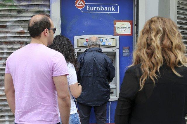 W ostatnich dniach Grecy masowo wypłacali pieniądze z banków