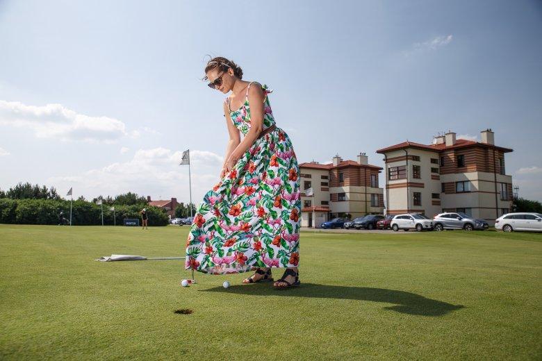 Aktorka Anna Cieślak podczas Mitsubishi Motors Golf Championship pierwszy raz spróbowała gry w golfa