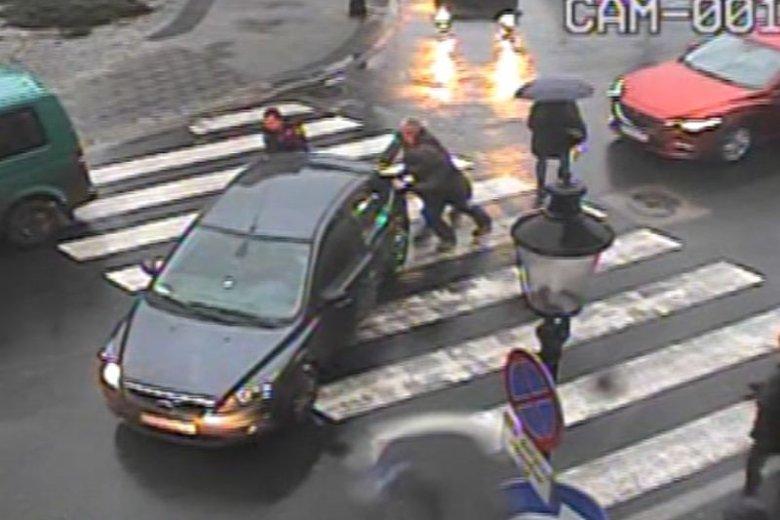Posłowi PiS na środku skrzyżowania zabrakło paliwa. Pomogli strażnicy miejscy. Nawet zatankowali posłowi samochód.