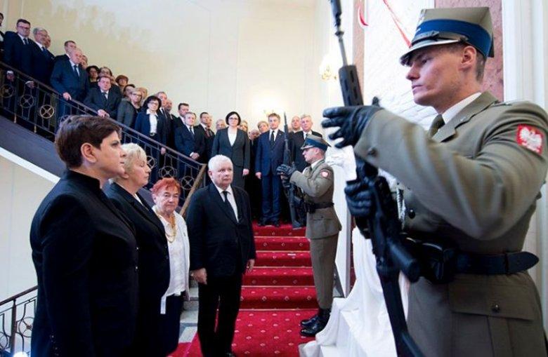 Premier Beata Szydło podczas odsłonięcia tablicy w KPRM, która  upamiętnia tylko trzy ofiary katastrofy smoleńskiej