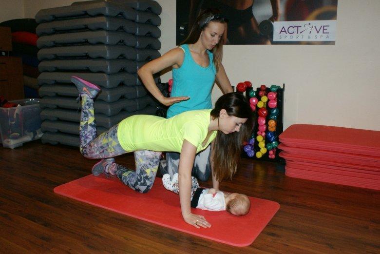 Trzymamy napięte mięśnie brzucha tak, by były stabilizacją dla kręgosłupa.