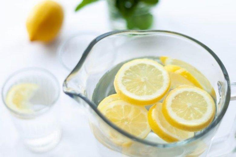 Woda z cytryną pita regularnie wzmocni nasz organizm