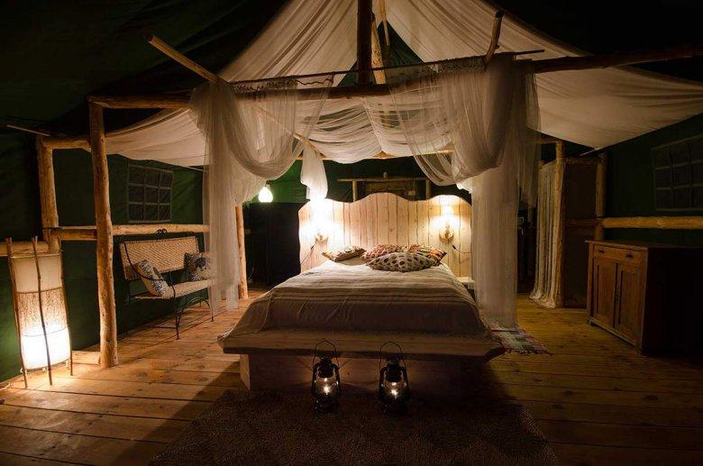 We wszystkich  pokojach namiotowych zamontowane są opalane drewnem kozy, które przyjemnie ogrzewają namiot w chłodniejsze wieczory.