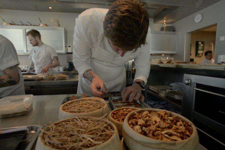 Esben Holmboe Bang w kuchni restauracji Maaemo.