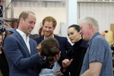 """Książęta William i Harry zagrali w nowych """"Star Warsach""""."""