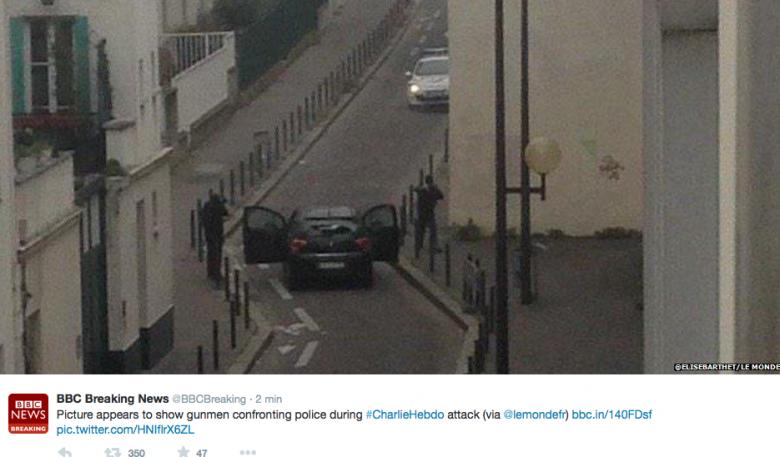 Zdjęcie ma przedstawiać chwilę, w której napastnicy strzelali do interweniujących policjantów