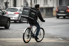 Kurierzy UberEats to charakterystyczny element w miejskim krajobrazie Warszawy.