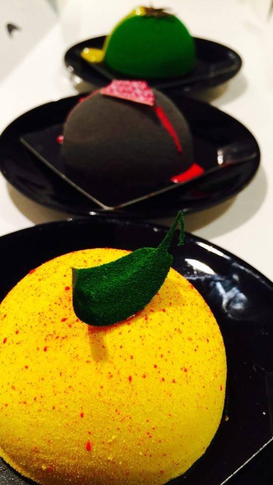 """Ten żółty """"bąbel"""" to Klementyna: kruche ciasto migdałowe, wytrawna prażynka, krem miętowo-mandarynkowy i mus z białej czekolady z Cointreau."""