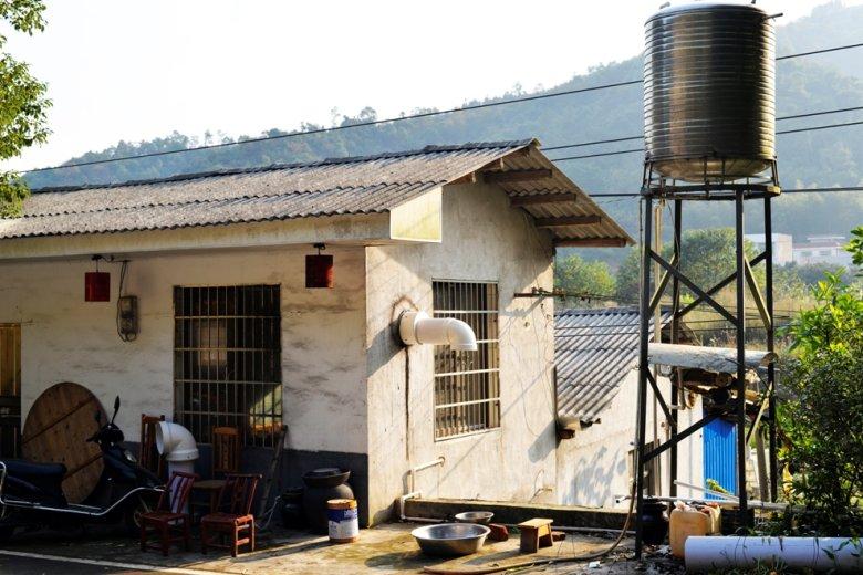Domek za miastem:) Tak, na wsiach też są kraty w oknach.
