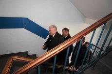 Częste wchodzenie po schodach w siedzibie PiS przy ulicy Nowogrodzkiej mogło się odbić nastanie  kolana Jarosława Kaczyńskiego