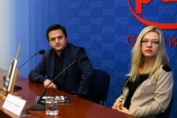 """Bogdan Rymanowski i posłanka PiS Małgorzata Wasserman podczas konferencji dot. książki """"Zamach na prawdę"""" o katastrofie smoleńskiej."""