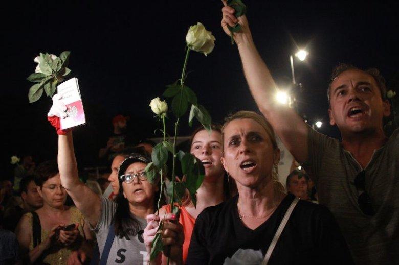 Krakowskie Przedmieście w Warszawie. Obchody 88. miesięcznicy katastrofy smoleńskiej. Zdjęcie poglądowe